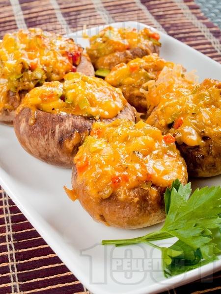 Пълнени гъби печурки с тиквички, сирене чедър, печени чушки и масло запечени на фурна - снимка на рецептата